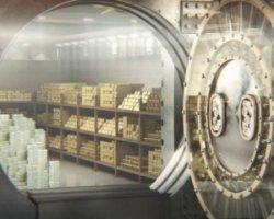 Українці перестали забирати валюту з депозитів