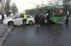 В Харькове полиция столкнулась с троллейбусом