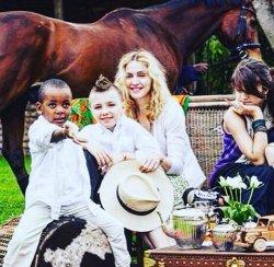 Мадонна удивила общественность совместным снимком с детьми (ФОТО)