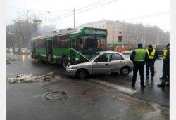 В Харькове иномарка врезалась в троллейбус, есть пострадавшие