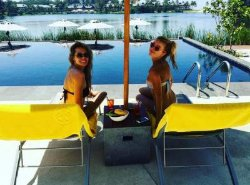Две звезды сериала «Кухня» куражатся в отпуске