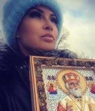 Эвелину Бледанс жестоко осудили за фото с иконой