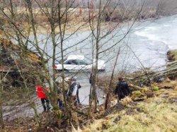 Закарпатье: автомобиль утонул в реке с ребенком внутри