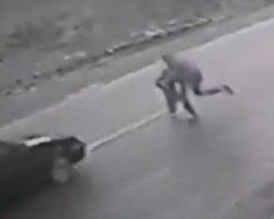 30-річний чоловік врятував дитину від смерті на дорозі