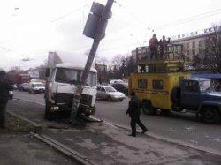 ДТП в Киеве: грузовик вдребезги разбился о столб