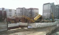 Строительный кран упал на жилой дом во Львове