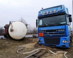 У Дніпродзержинську на мосту перекинувся бензовоз