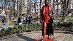 Вандалы осквернили памятник, установленный по инициативе Яценюка