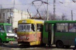 ДТП в Харькове: автобус с пассажирами врезался в трамвай