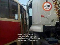 ДТП в Киеве: грузовик врезался в трамвай