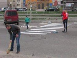Дожили: в Киеве люди сами нарисовали пешеходный переход