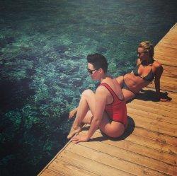 Даша Астафьева показала стройное тело в модном купальнике