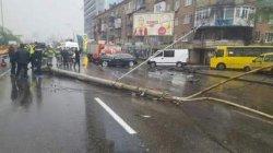 В Киеве BMW снес столб: есть жертвы