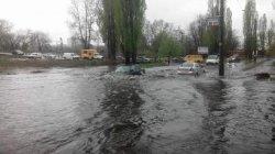 В Киеве после ливня машины плавают на дорогах