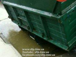 В Киеве под асфальт провалился грузовик