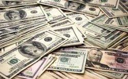 Украинцы сдают доллары в банки
