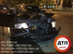 Без прав и пьяный: ночью в центре столицы Ford врезался в бус