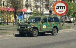 ДТП в Киеве: скутер врезался в военный внедорожник