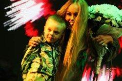 Певица Alyosha на концерте в Киеве показала своего сына