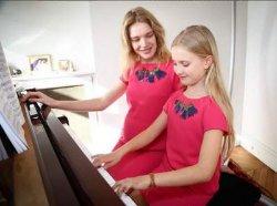 Беременная Наталья Водянова с дочкой носят одинаковые платья