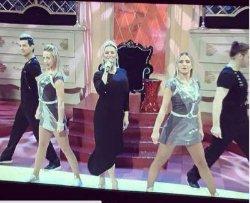 Анна Семенович удивила фанатов неудачным выбором платья
