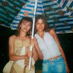 Ирина Шейк показала ретрофотографию с сестрой