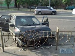 Две легковушки столкнулись в Киеве, тяжелые травмы получила молодая женщина