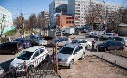 Украинцы требуют запретить парковку авто в ночное время под жилыми домами