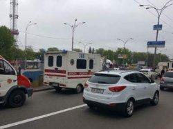 ДТП в Киеве: микроавтобус врезался в КАМАЗ, водителя автобуса извлекали спасатели
