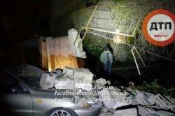 В столице на припаркованный Деу Ланос обрушилась стена