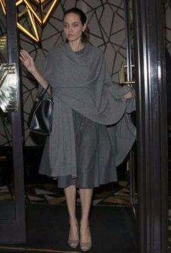 Анджелина Джоли скрывает худобу под широкой одеждой