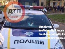 В Киеве пьяный мужчина «избил» авто полицейских
