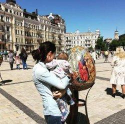 Маша Собко прогулялась с годовалой дочкой по Киеву
