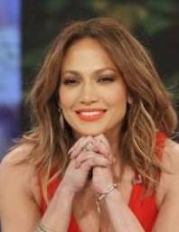 Дженнифер Лопес покорила фанов глубоким декольте