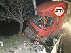 Жуткое ДТП в Киеве: грузовик разбился о столб