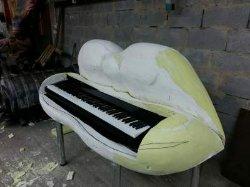 Оля Полякова купила странный рояль