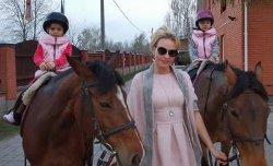 Камалия поделилась фотографией с подросшими дочками