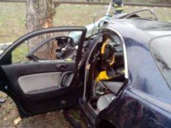 Иномарка влетела в дерево под Киевом: три человека - в больнице