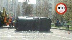 В Киеве на перекрестке перевернулся джип