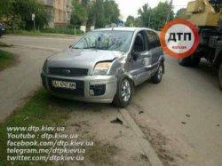 ДТП под Киевом: «Форд» врезался в автокран, есть пострадавший