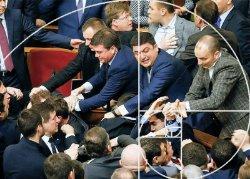 Украинцы предложили штрафовать и увольнять депутатов прогульщиков и драчунов