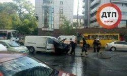 В Киеве микроавтобус загорелся во время движения