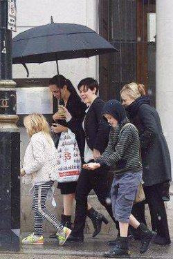 Джоли сфотографировали во время шоппинга в Лондоне