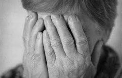В Сумах внук задушил 102-летнюю бабушку шнурком от крестика