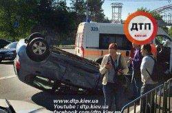 В Киеве перевернулся автомобиль: есть жертвы