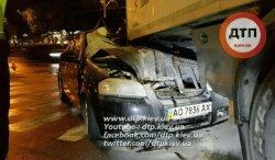Серьезное ДТП в Киеве: иномарка протаранила грузовик