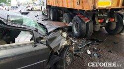 ДТП в Киеве: легковушка влетела в грузовик