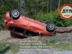 В результате ДТП под Киевом авто вылетело в кювет и перевернулось