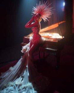 Оля Полякова удивила роскошным сценическим нарядом