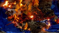 Жители Краматорска сожгли георгиевские ленты